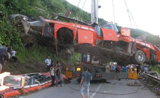 Hoàn tất việc cẩu xe lao xuống vực ở Lào Cai