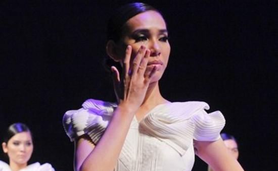 Thanh Tuyền bật khóc trước sàn diễn catwalk hình xoắn ốc