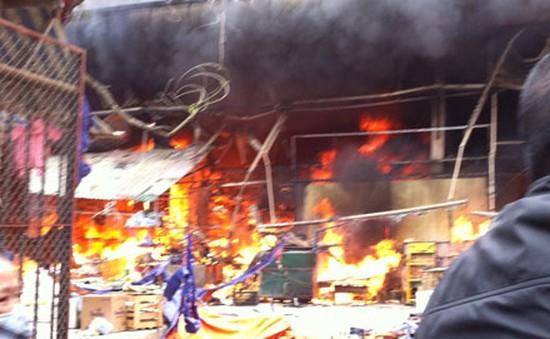 Cháy lớn tại chợ Nhật Tân - Hà Nội