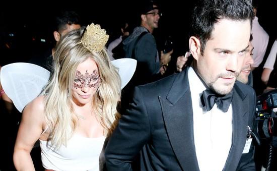 """Phép màu Halloween: Vợ chồng Hilary Duff """"nối lại tình xưa"""""""