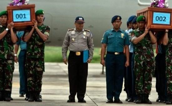 Máy bay AirAsia mất tích: 2 thi thể nạn nhân đầu tiên được đưa về đất liền