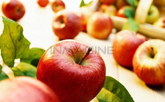 Làn da đẹp, mịn màng với mặt nạ táo