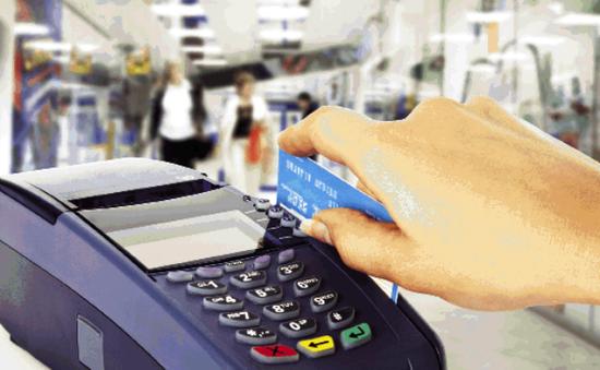 Đơn vị chấp nhận thẻ ATM không được thu phí chủ thẻ