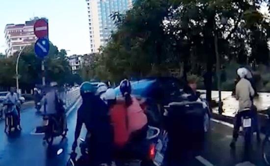 Lùi giữa phố đông, xe hơiủi ngã 3 xe máy