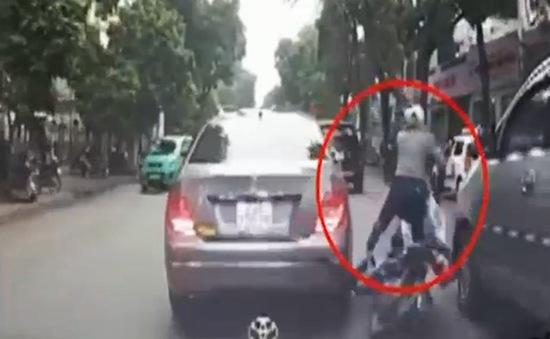 Cô gái thoát nạn gang tấc trước đầu ô tô