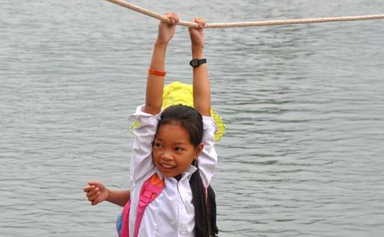 Rùng mình cảnh hàng trăm học sinh đu dây, vượt sông sâu tới trường