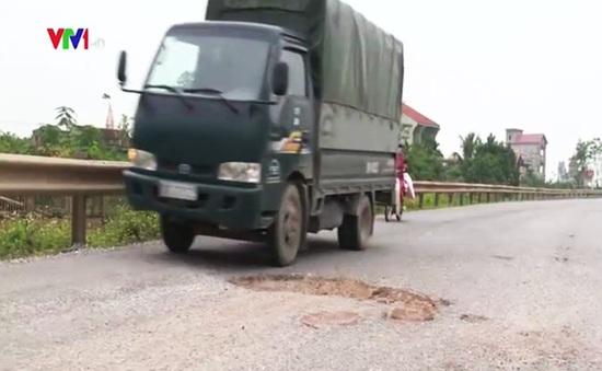 Hà Nam: Trám vá ổ gà Quốc lộ 38 bằng… gạch nung
