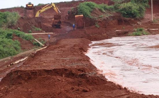 Kịp thời khắc phục vỡ đê hồ thải quặng bauxite Tân Rai