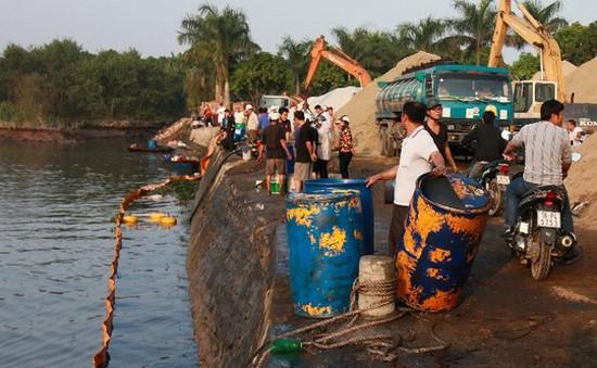 Hải Phòng: Người dân đổ xôvớt dầu tràn để bán