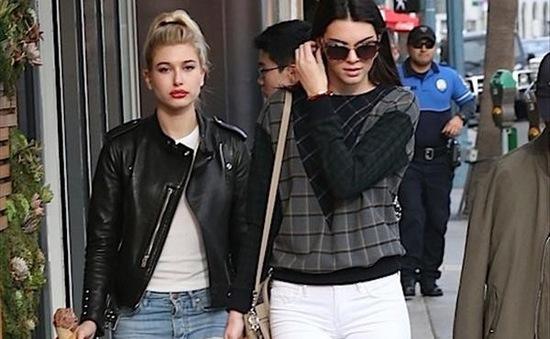 Kendall Jenner và Hailey Baldwin thân thiết đi mua sắm Giáng sinh