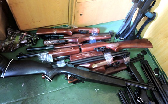 Bắt tàu biển buôn lậu 94 khẩu súng hơi vào Việt Nam