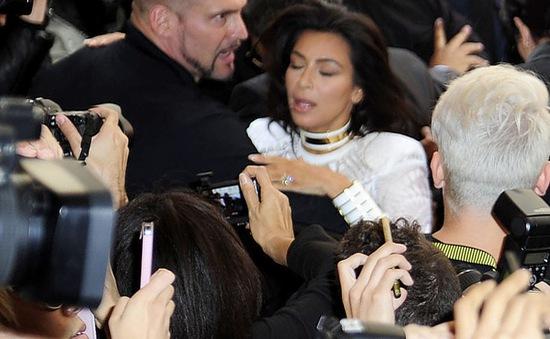 """Kim """"siêu vòng ba"""" bị fan cuồng tấn công"""