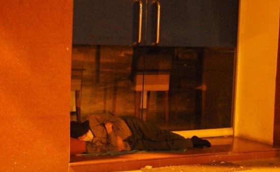 Người vô gia cư co ro trong đêm lạnh Hà Nội