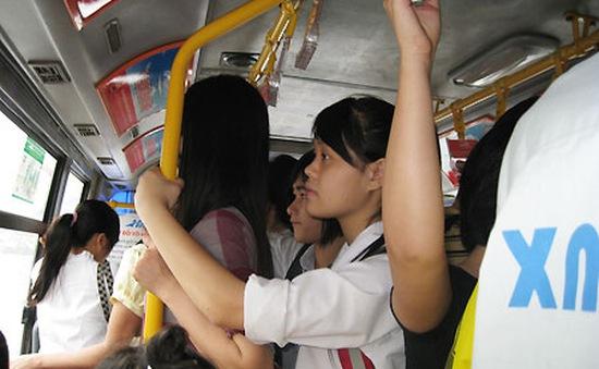 Tràn lan tình trạng nữ sinh bị quấy rối trên xe buýt