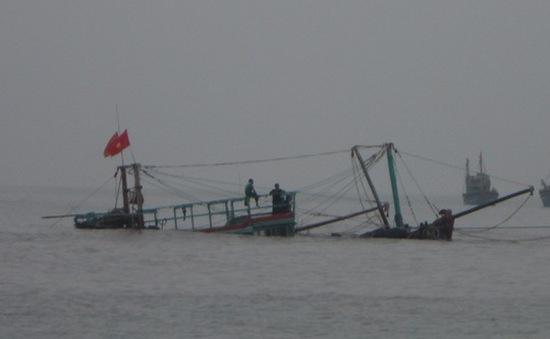 Nghệ An: Tàu cá đâm vào đá ngầm, 10 ngư dân thoát nạn
