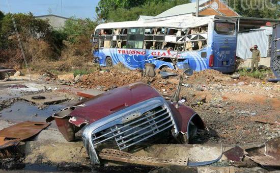 Xe container húc văng xe giường nằm, 19 người gặp nạn