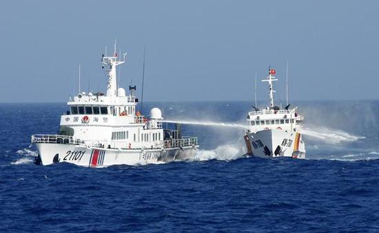 """Hình ảnh Thời sự ấn tượng: """"Tàu Trung Quốc phun vòi rồng vào tàu Việt Nam ở Hoàng Sa"""""""