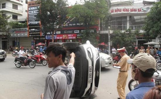 Hai ô tô đâm nhau, lật nghiêng chắn ngang giữa phố