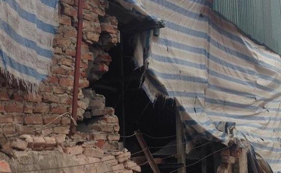 Hà Nội: Xe tải đè vỡ tường, cả nhàthoát chết