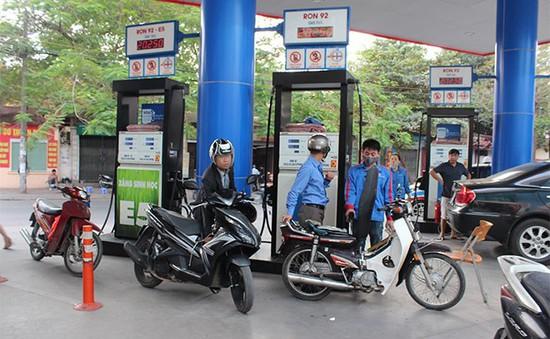 Ngày đầu bán xăng E5 tại 7 tỉnh, thành phố: Người dân còn e dè