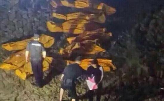 Trung Quốc: Xe bus lao xuống sông từ độ cao 100m, 21 người chết