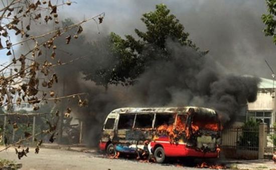 Xe bus đang đậu trên đường bất ngờ cháy dữ dội