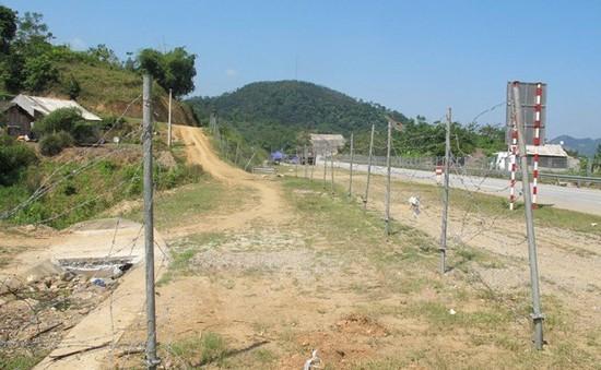 Tự ý phá hàng rào, mở đường lên cao tốc Hà Nội - Lào Cai