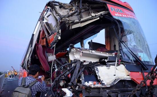 Xe khách tông 2 xe tải, nhiều người thương vong