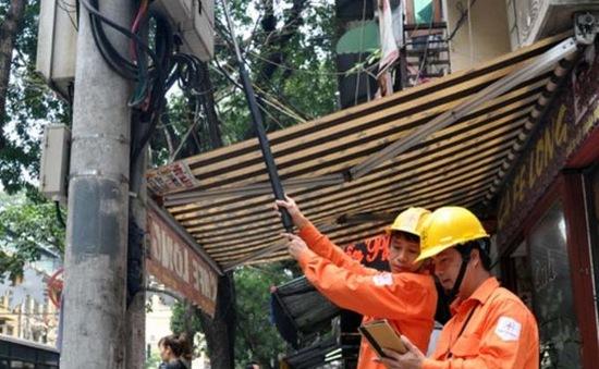 """EVN Hà Nội dùng """"gậy tự sướng"""" đọc chỉ số công tơ điện"""