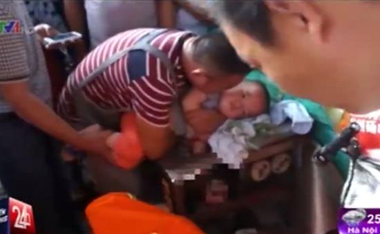 Trung Quốc: Xót xa bé trai bị kẹt tay vào máy xay thịt