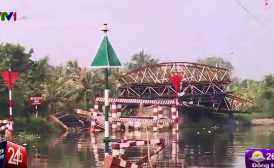 Sà lan đâm sập cầu, người dân khốn khổ tìm đường qua sông