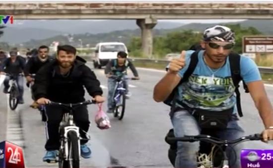 Người di cư tìm đường tới châu Âu bằng… xe đạp