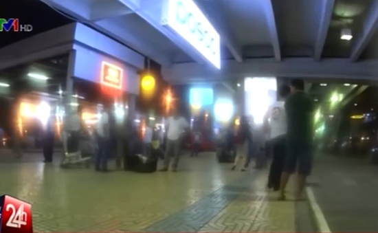"""Hàng trăm cò mồi taxi tại sân bay Nội Bài """"sa lưới"""""""