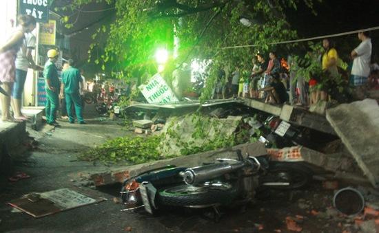 Cuồng phong quét qua TP.HCM, cây đổ, tường sập, 3 người bị thương