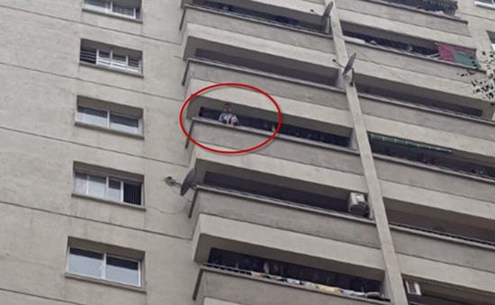 Thót tim cứu bé trai ngồi vắt vẻo ngoài ban công tầng 12