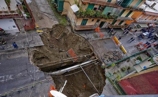 Italy: Bất ngờ xuất hiện hố tử thần sâu 10m