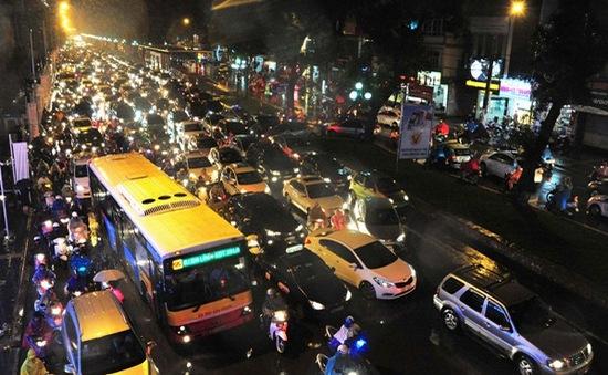 Hà Nội ùn tắc nghiêm trọng vì mưa lớn