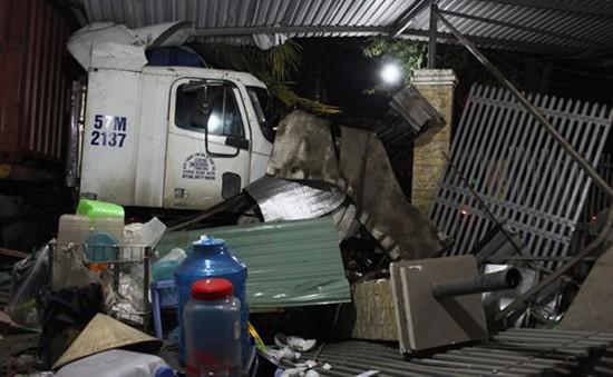 TP.HCM: Xe container đâm sập 2nhà dân