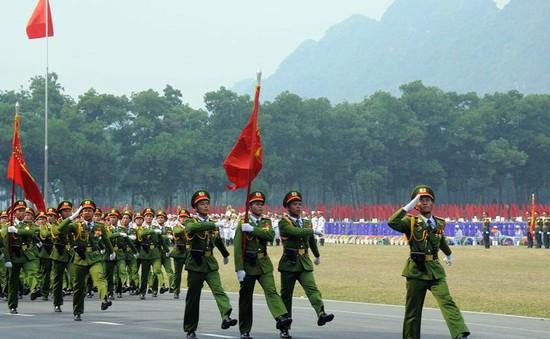 Không thể quên khoảnh khắc người dân vẫy chào đoàn duyệt binh dưới mưa