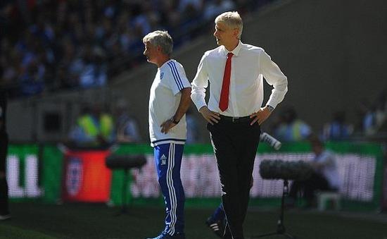 "Mourinho ""tố cáo"" HLV Arsene Wenger không... bắt tay"