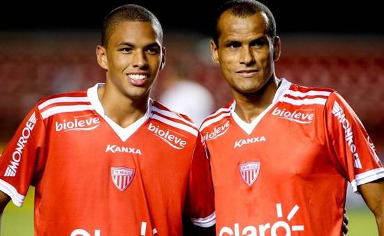 """""""Song sát"""" cha con Rivaldo cùng nổ súng trong một trận đấu"""
