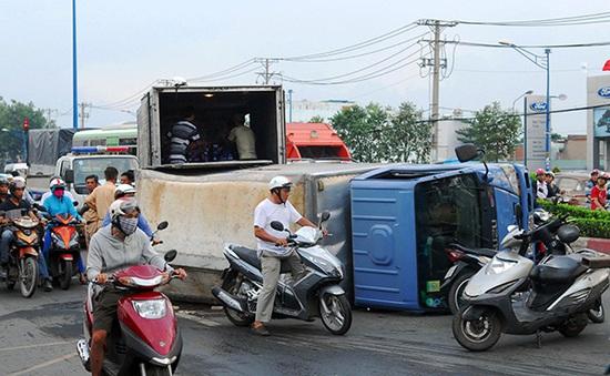 Ùn tắc vì xe tải chở 500 thùng bia lật ngang đường