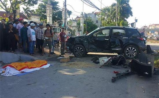 Hà Nội: Tàu hỏa tông ô tô quay 180 độ, 1 người thiệt mạng