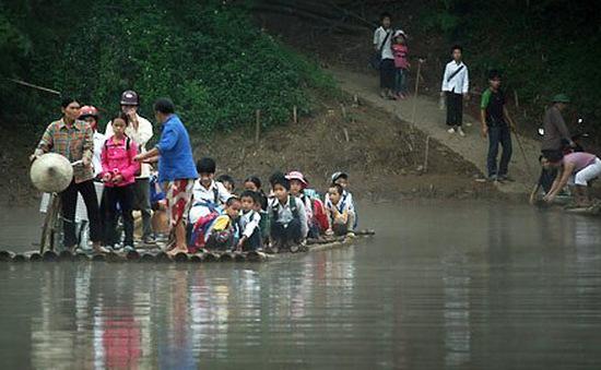 Hành trình gian nan đi tìm con chữ của trẻ em vùng sông nước