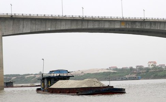 Hưng Yên: Phát hiện 3 người tử vongtrên tàu chở cát