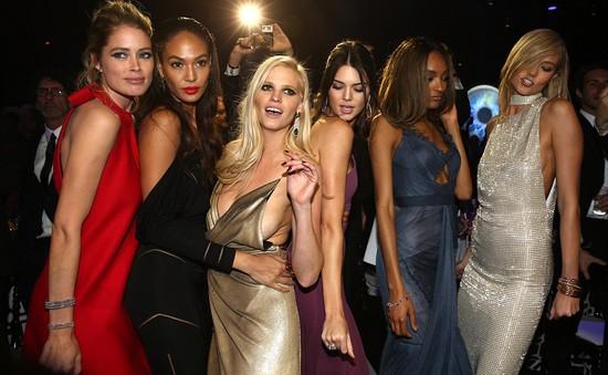 """Dàn người mẫu xinh đẹp """"đại náo"""" LHP Cannes 2015"""