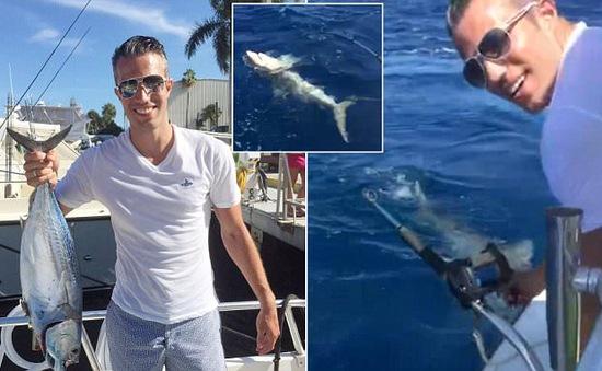 Van Persie phấn khởi khoe clip câu nhầm cá mập