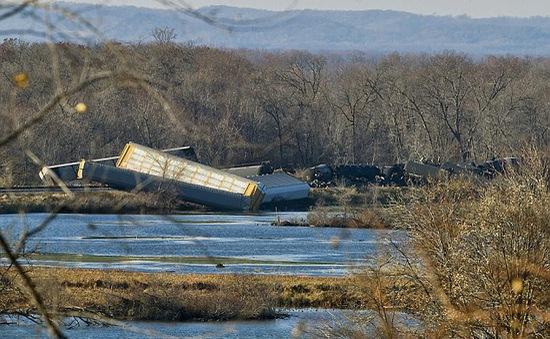 Mỹ: Ethanol tràn ngập sông Mississippi sau tai nạn tàu hỏa