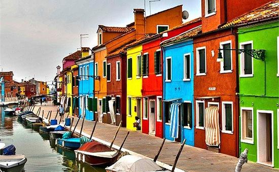 """Ghé thăm ngôi làng """"lòe loẹt"""" nhất thế giới tại Italy"""