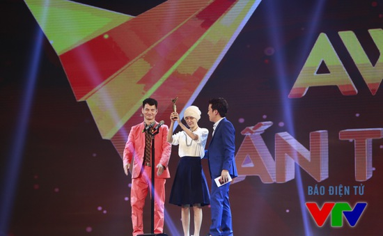 """VTV Awards 2015: Xuân Bắc - Trường Giang """"làm loạn"""" sân khấu vì không được đề cử"""